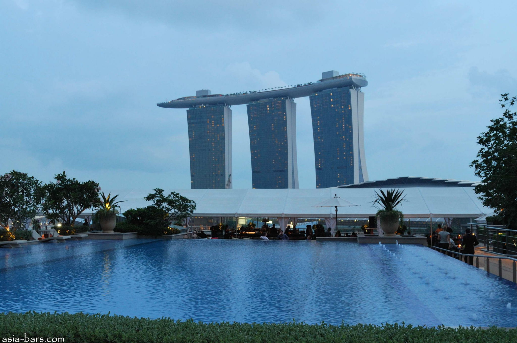 Lantern bar stylish rooftop bar at the fullerton bay - Rooftop swimming pool in singapore ...