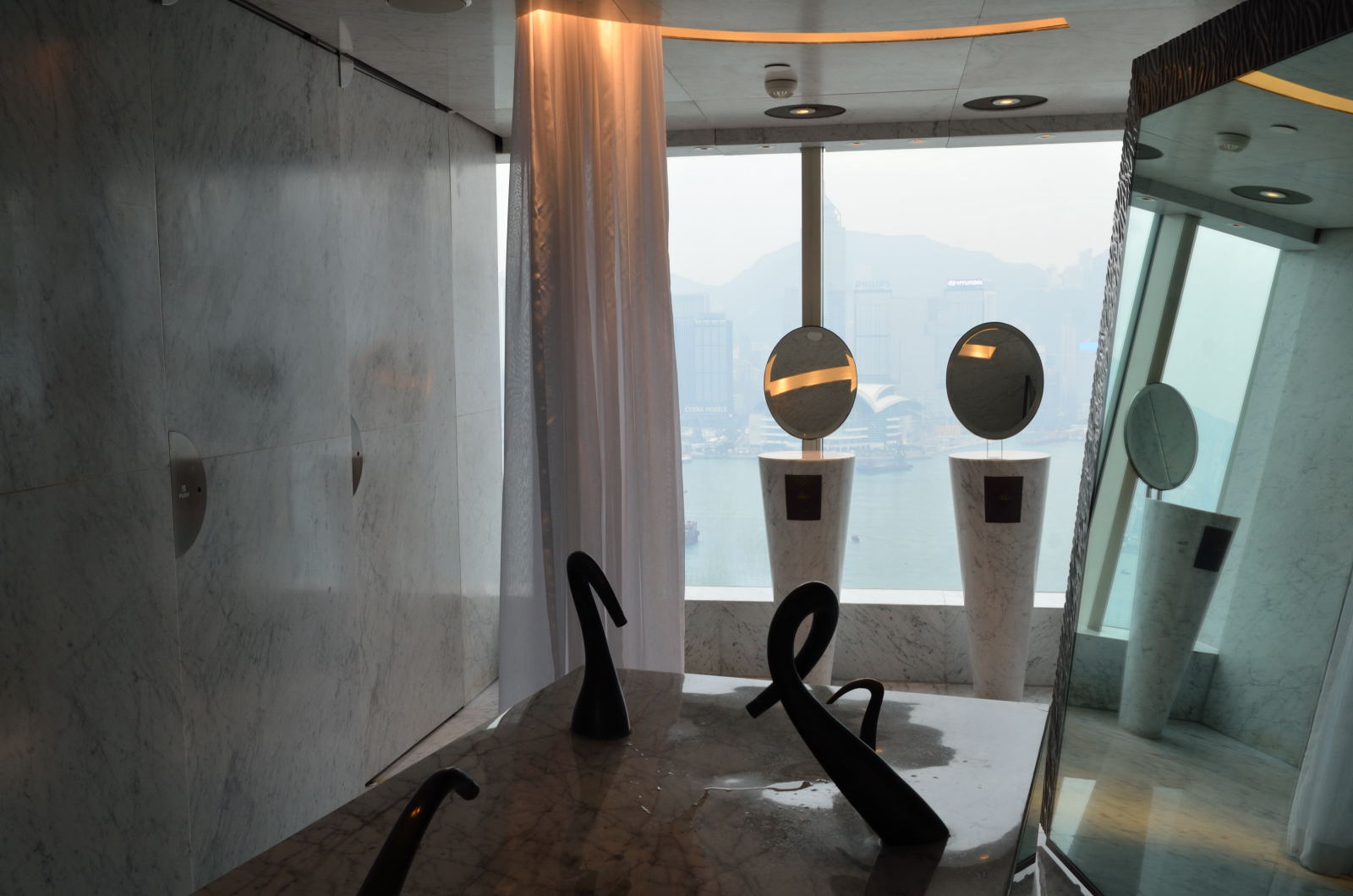 FELIX The Peninsula Hong Kong glamorous restaurant  : Felix Peninsula007 from www.asia-bars.com size 1600 x 1060 jpeg 179kB