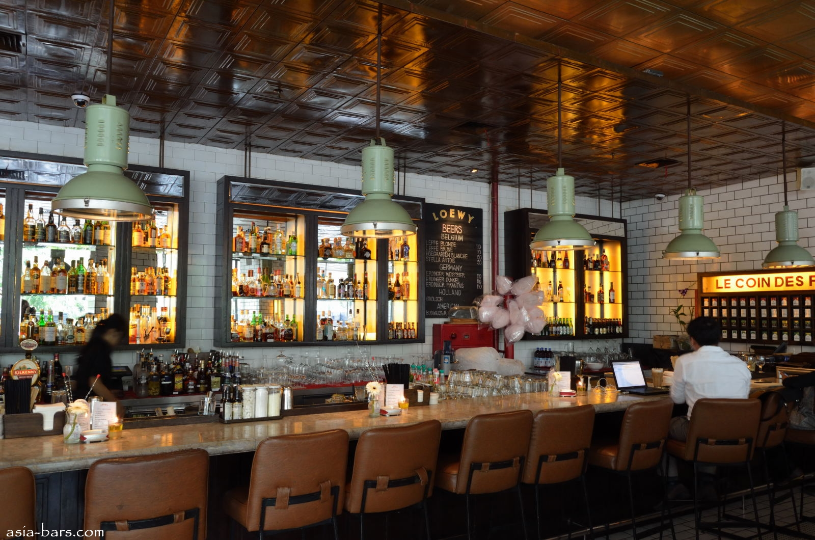 Loewy bar restaurant in jakarta excels with relaxed for Barra bar vintage